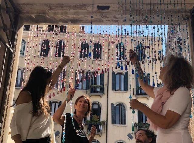 """""""Through"""": Un portale di perle di vetro celebra i 1600 anni di Venezia"""