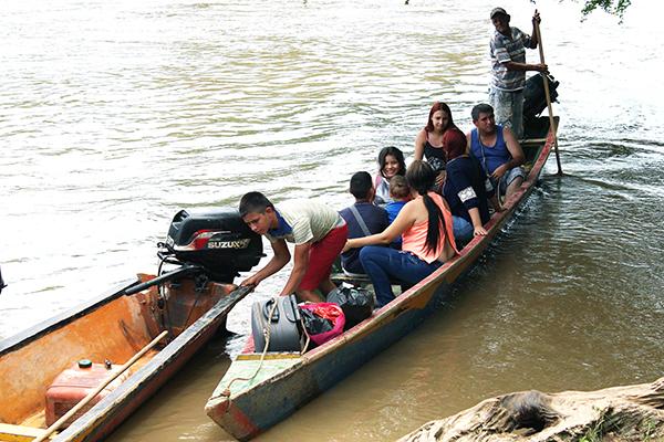 Colombianos huyen desde Venezuela hacía Colombia a través del río Sardinata, en Puerto Santander, Colombia. (EFE)