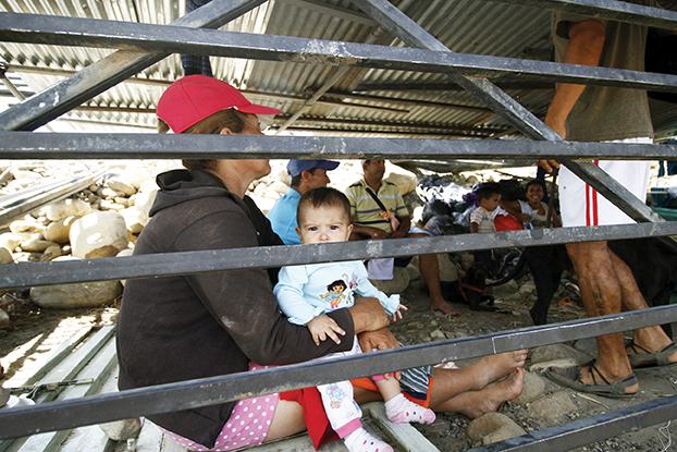Familias colombianas en un refugio improvisado. (EFE)