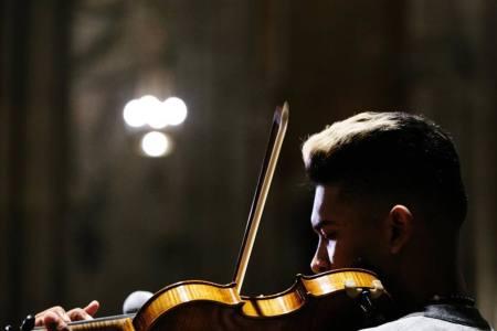 """""""El violinista"""" dedicó concierto a víctimas en protestas desde Nueva York"""