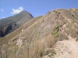 Subida empinada y sin árboles, al fondo el pico Oriental