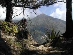 Mirando hacia el este se ve la ladera que conduce al pico Naiguatá