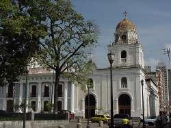 Iglesia frente a la plaza Sucre