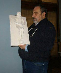 carmine-con-una-scultura-esposta