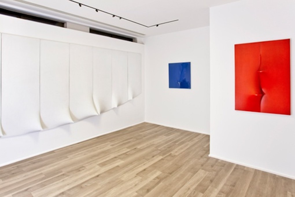 """Agostino Bonalumi. I Wish to Meet Architects"", a cura di Marco Meneguzzo, 2016, Cortesi Gallery, Londra."