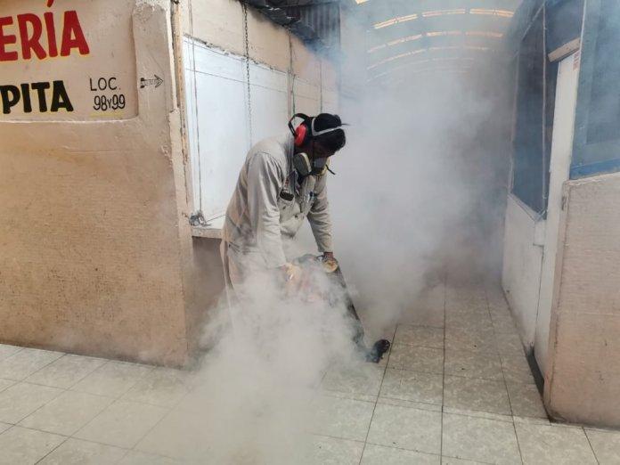 Fumigación preventiva en el mercado Santa Clara de Minatitlán
