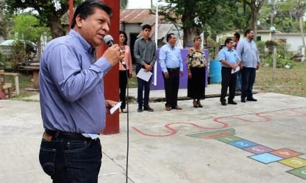 Reconoce alcalde labor de docentes en las aulas