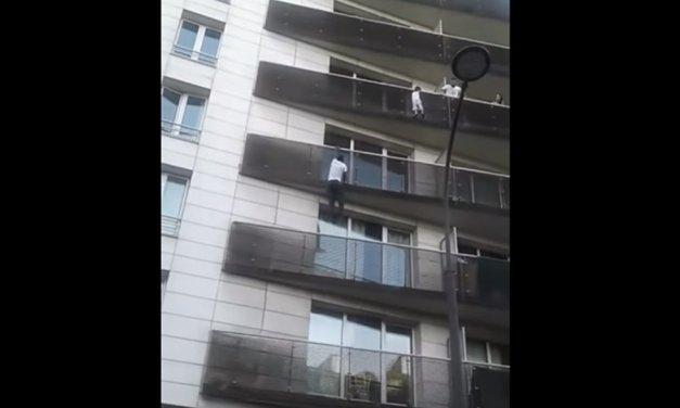'Hombre Araña' escala edificio para salvar a niño en París