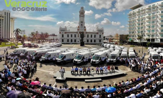 El Gobernador Yunes entrega 100 ambulancias Nuevas