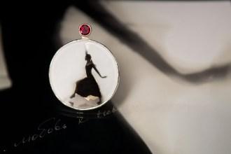 brooch-20-ar-meiteni-dejotaju-granats-fanigina