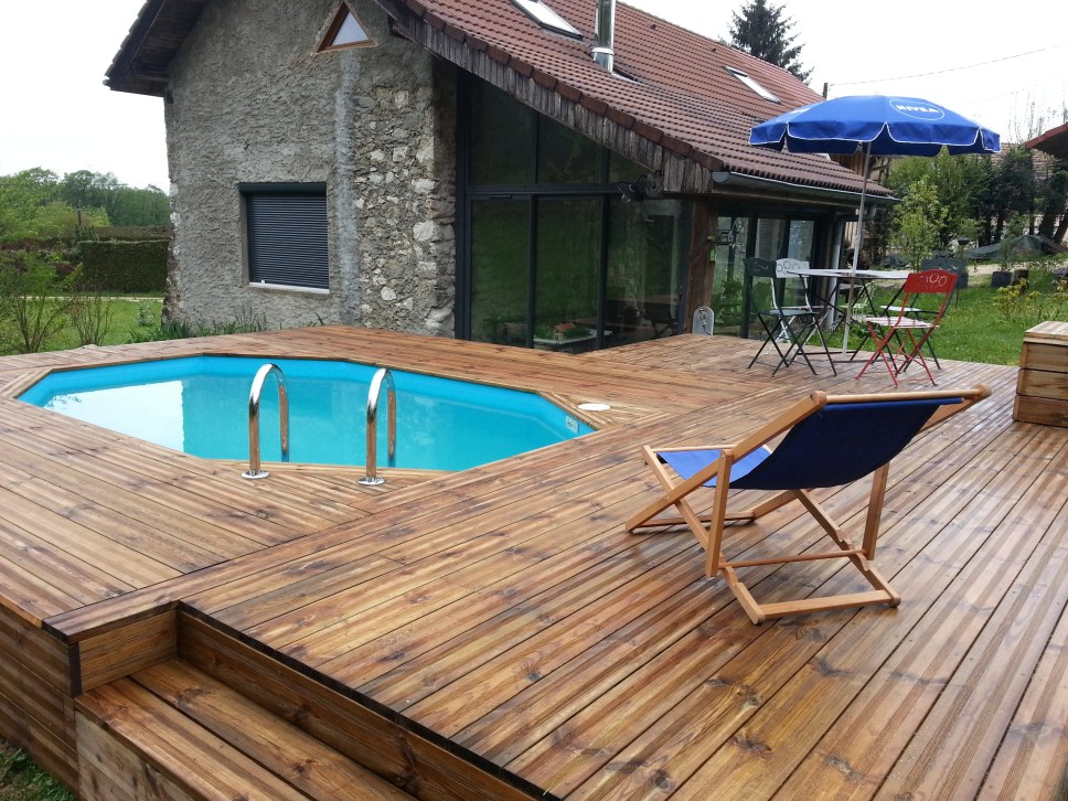 Piscine en bois octogonale allongee 3 vercors piscine for Reglementation piscine semi enterree