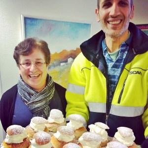 Verdandis sociala företag Trappstegen levererade hembakta semlor. Leyla Sözen och Fodi Hanna är verksamhetsledare i Trappstegen som bland annat jobbar med second-hand-butiker, mattvävning, syverkstad och driver Folkets Hus i Sundbyberg.