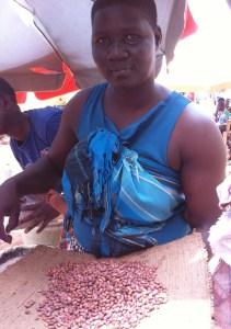 På marknaden i Lira säljer Agnes. Agnes Otula.från byn Angic, från odlingar som kommit till stånd genom byns kooperativa utvecklingsförening. (Foto: Mats Utbult)