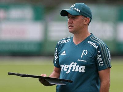 Eduardo Baptista usa tablet durante o treino - 14/03/17