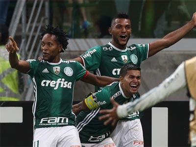 Zé Roberto, Dudu e Borja comemoram gol do Palmeiras