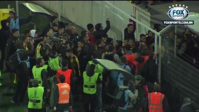 Portão foi aberto na marra para que os jogadores do Palmeiras deixassem o gramado