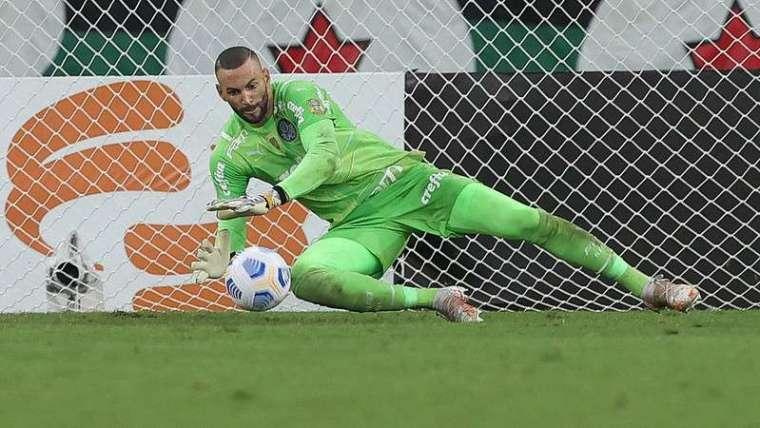 Weverton, do Palmeiras, faz defesa em partida contra o Flamengo, no Maracanã.