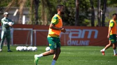 O lateral Jorge treina na Academia de Futebol do Palmeiras