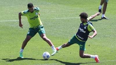 O lateral Jorge em disputa com Matheus Fernandes durante treino do Palmeiras na Academia de Futebol