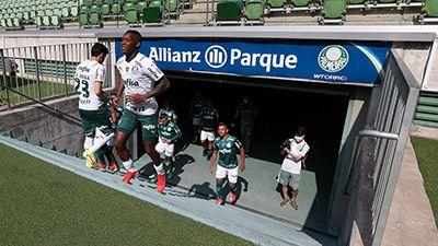 Patrick de Paula subindo ao gramado do Allianz Parque para o jogo-treino do Palmeiras.