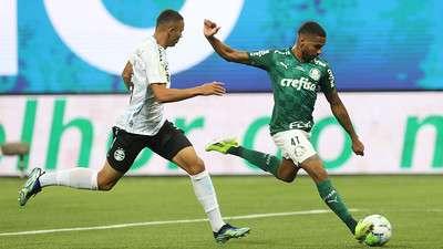 Wesley em jogada de gol pelo Palmeiras contra o Grêmio, na coquista da Copa do Brasil 2020.