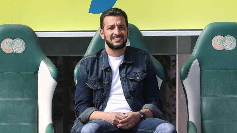 O assessor técnico Edu Dracena, da SE Palmeiras, durante treinamento, na Academia de Futebol.