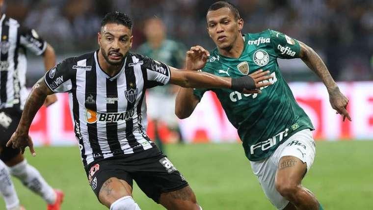 Gabriel Veron do Palmeiras em disputa com Nathan Silva do Atlético-MG, durante segunda partida válida pelas semifinais da Libertadores 2021, no Mineirão.