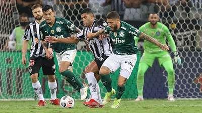 Weverton e Gustavo Gómez, observam Zé Rafael em disputa de bola com Hulk durante jogo do Palmeiras contra o Atlético-MG Mineiro, na segunda partida válida pelas semifinais da Libertadores 2021, no Mineirão.