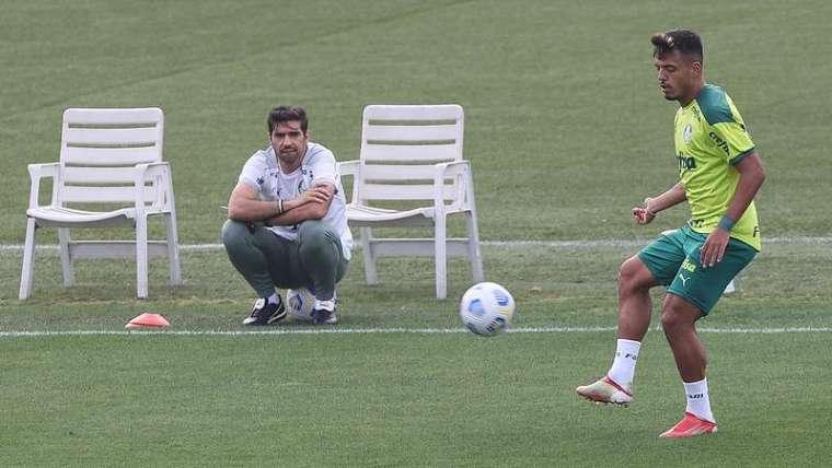 Abel Ferreira observa Gabriel Menino durante treino do Palmeiras na Academia de Futebol.