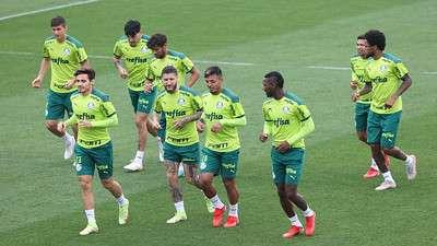 Jogadores do Palmeiras durante treino na Academia de Futebol; Marcos Rocha segue de fora em recuperação de lesão.