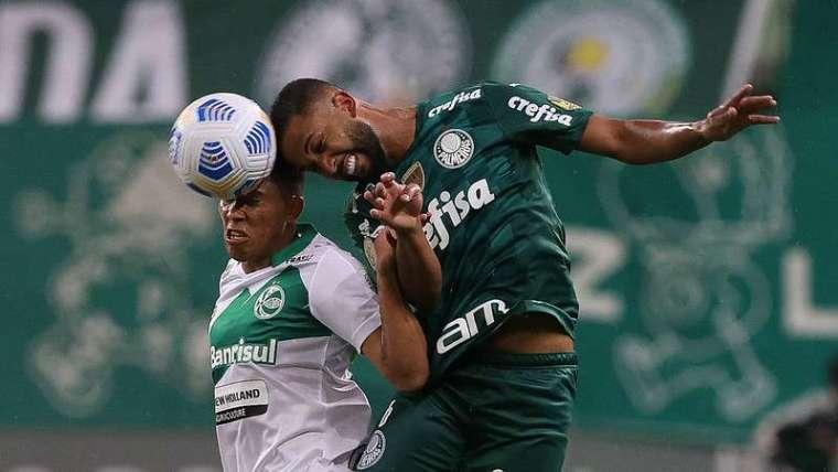Jorge do Palmeiras em disputa com Sorriso do Juventude, durante partida válida pela vigésima terceira rodada do Campeonato Brasileirão 2021, no Allianz Parque.