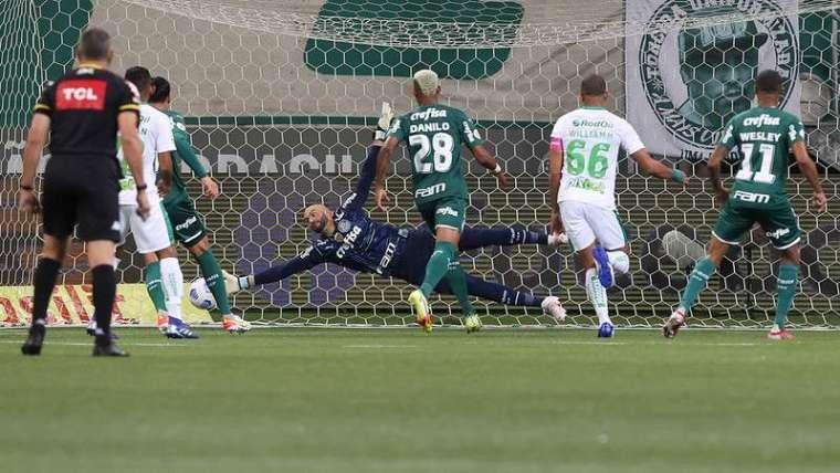 Weverton em jogo do Palmeiras contra o Juventude, durante partida válida pela vigésima terceira rodada, do Campeonato Brasileirão 2021, no Allianz Parque.