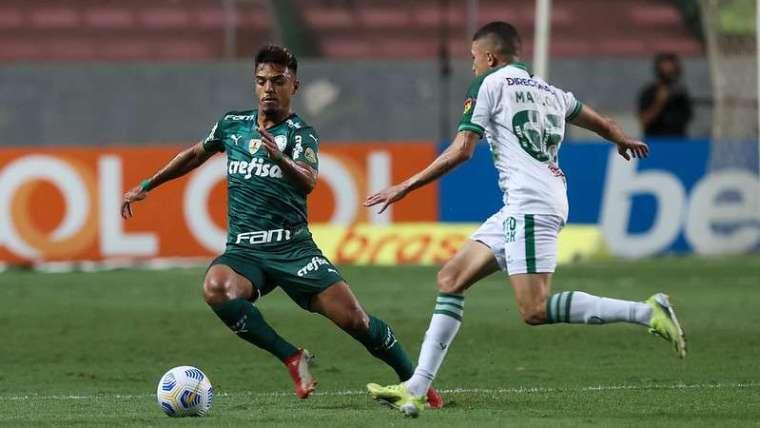 Gabriel Menino do Palmeiras em disputa com Marlon do América-MG, durante partida válida pela vigésima quarta rodada, do Brasileirão 2021, no estádio Independência. O lance originou o terceiro cartão amarelo para o jogador, que entrou para a lista de desfalques para o próximo jogo, diante do Bragantino.