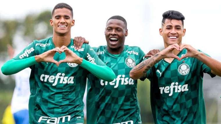 Atletas do Sub-20 comemoram a vitória de 9x1 sobre o ECUS pela 10ª rodada do Paulista Sub-20, na Academia de Futebol 2, em Guarulhos.