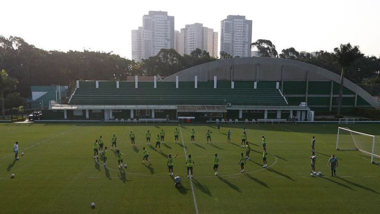 Elenco do Palmeiras durante sessão de treinos na Academia de Futebol.