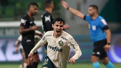 Raphael Veiga comemora seu gol pelo Palmeiras contra o Red Bull Bragantino, durante partida válida pela vigésima quinta rodada do Brasileirão 2021, no Allianz Parque.