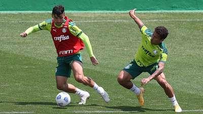 Victor Luis e Marcos Rocha, durante atividades no treinamento do Palmeiras, na Academia de Futebol.