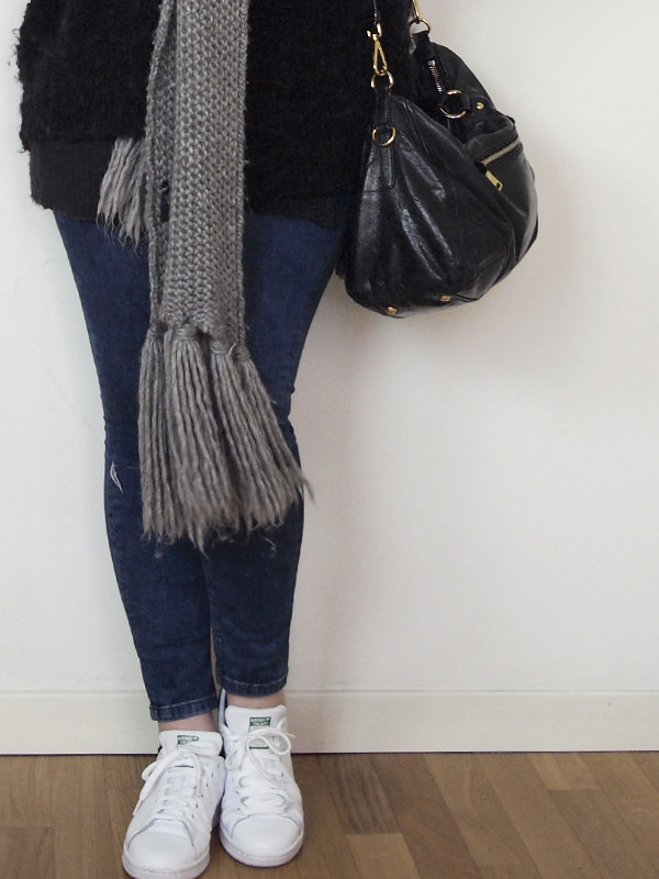 outfit curvy ripped jeans grigio stan smith 06