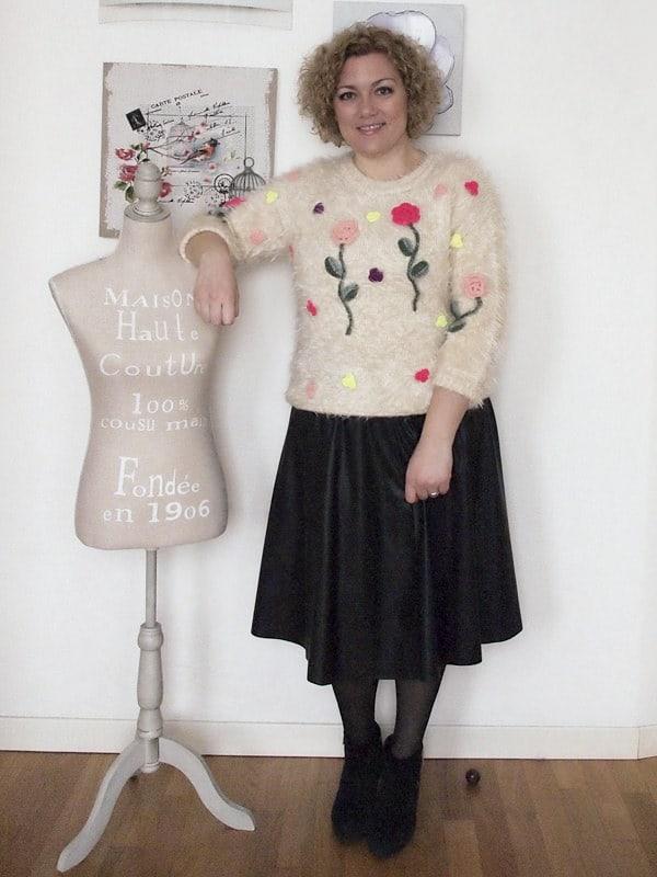 outfit-curvy-taglia46-gonna-pelle-maglione-ricamato-04