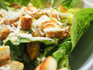 Caesar's Salad mit Original Dressing, Hähnchenbrust und Knoblauch-Croutons