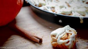 pumpkin cinnamon rolls mit frischkäse frosting rezept