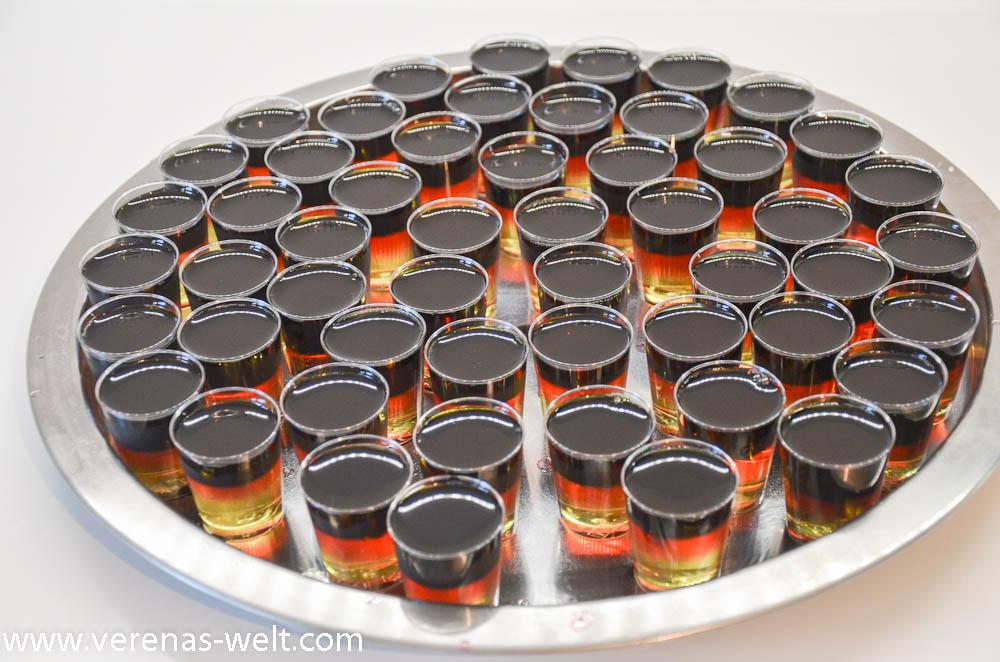 "<img class=""aligncenter size-full wp-image-15082"" src=""http://www.verenas-welt.com/wp-content/uploads/2016/05/Jello-Vodka-Shots-Schwarz-Rot-Gold-69-von-105.jpg"" alt=""Jello Vodka Shots Schwarz-Rot-Gold "" width=""1000"" height=""662"" /> <img class=""aligncenter size-full wp-image-15083"" src=""http://www.verenas-welt.com/wp-content/uploads/2016/05/Jello-Vodka-Shots-Schwarz-Rot-Gold-86-von-105.jpg"" alt=""Jello Vodka Shots Schwarz-Rot-Gold "" width=""1000"" height=""662"" />"