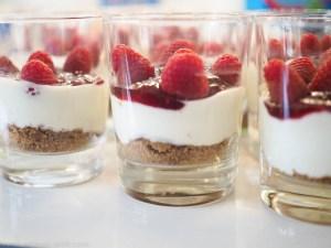 Blitz-Rezept: Cheesecake mit Himbeer-Topping im Glas - ohne Backen