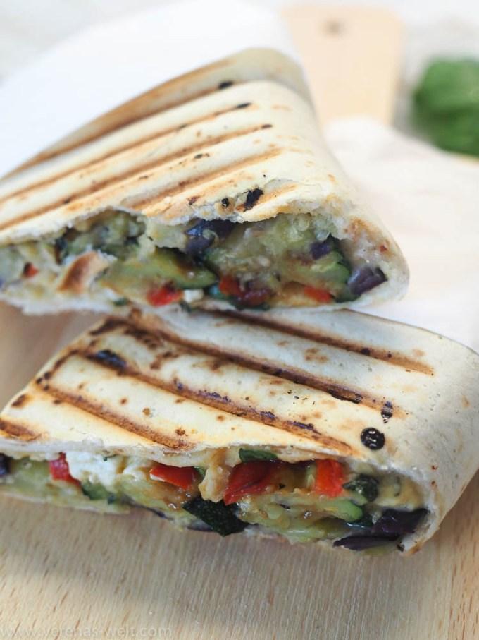 Mediterraner Wrap mit gegrilltem Gemüse und Hummus