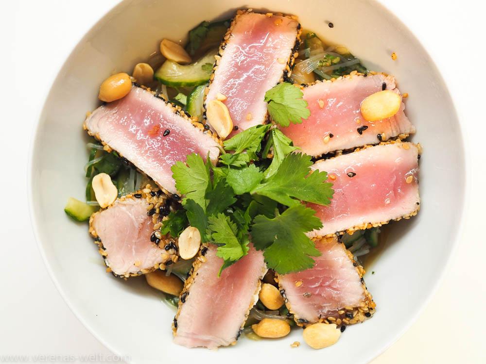 Thunfisch in Sesamkruste mit Glasnudel-Gurken-Salat