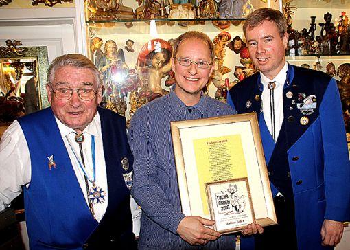 Verleihung des Fuchsordens (v.l.): Laudator Kurt Ruser, Matthias Zeller und Oberzunftmeister Dietmar Fuchs Foto: Weiler Zeitung