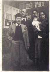 Adolf Philip Cutzien/Krukziener, zijn echtgenote Selma Hertogs en hun zoons Hans en Maurits (privécollectie, Digitaal Monument Joodse Gemeenschap in Nederland)