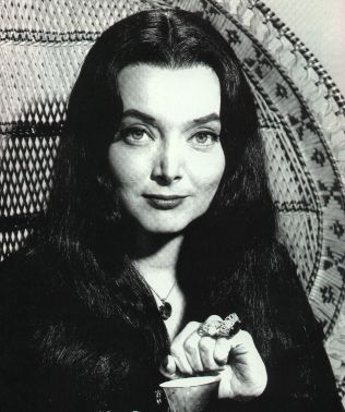 Carolyn Jones als Morticia Addams in de tv-serie The Addams Family