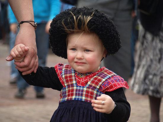 Een Staphorsts meisje in klederdracht (foto: Marjolein / CC BY 2.0)