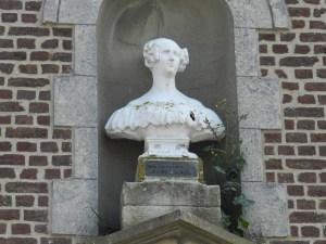 Borstbeeld van koningin Louise Marie in het gehucht Louise Marie